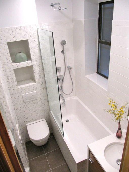 petite-salle-de-bains-blanches-avec-baignoire
