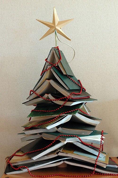 Arbre de noël fait maison en pyramide de livres ouverts