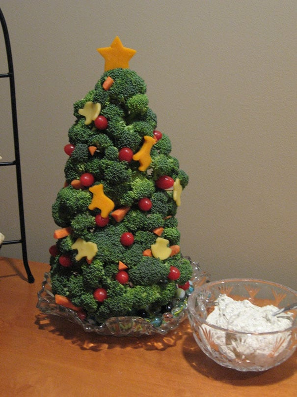 Arbre de noël à base de légumes (brocolis, tomates, butternuts découpées en forme de rennes) !