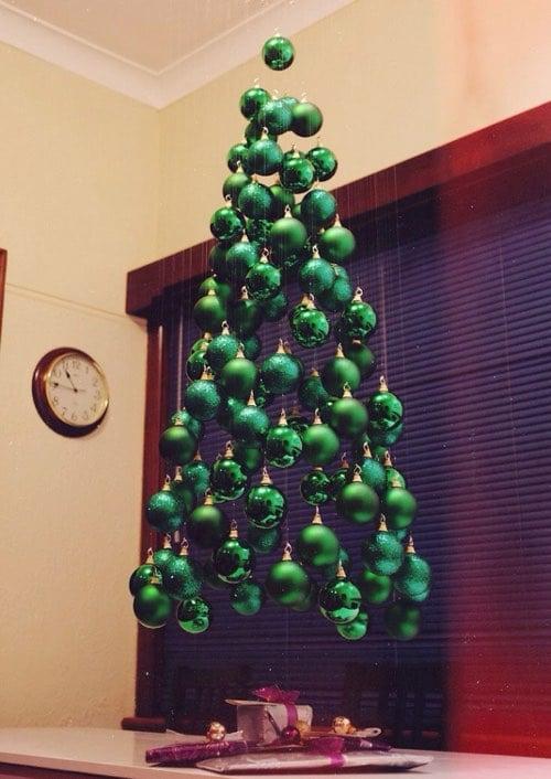 Arbre de noël suspendu réalisé uniquement avec de boules de noël vertes