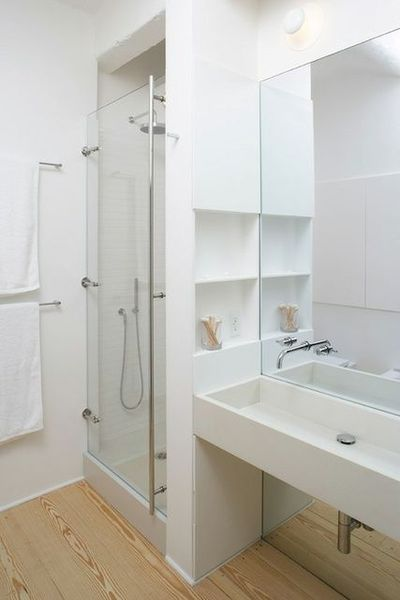 petite-salle-de-bain-blanche