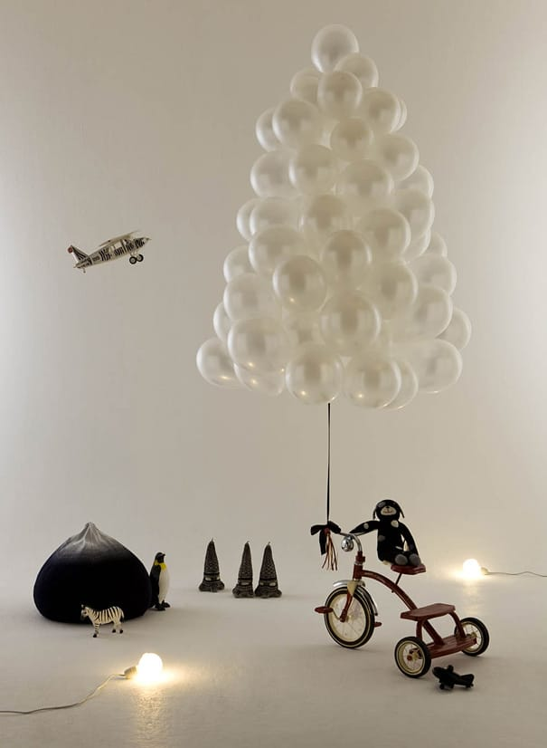 Arbre de noël réalisé en ballons gonflables blancs
