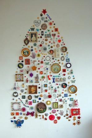Arbre de noël réalisé avec une multitude de petits objets : cadres photos, pendentiffs, boutons, ...
