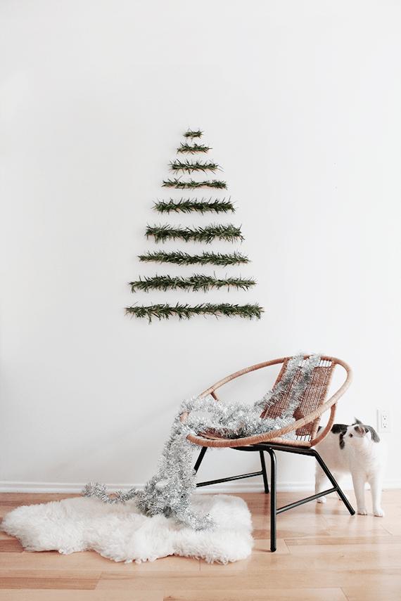 Sapin de Noël original / minimaliste / déco scandinave à base d'anciennes branches en plastique / vieux sapin de noël en plastique. Votre mémé Huguette a peut être un vieux sapin en plastique qui traine ;) ?