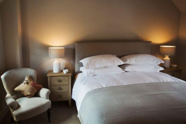 Chambre éclairée avec des lampes de chevet