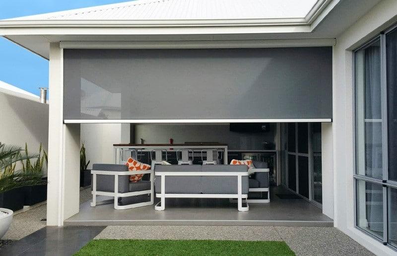 Terrasse protégée des regards par des stores verticaux extérieurs