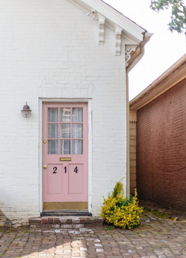 Une porte d'entrée rose clair