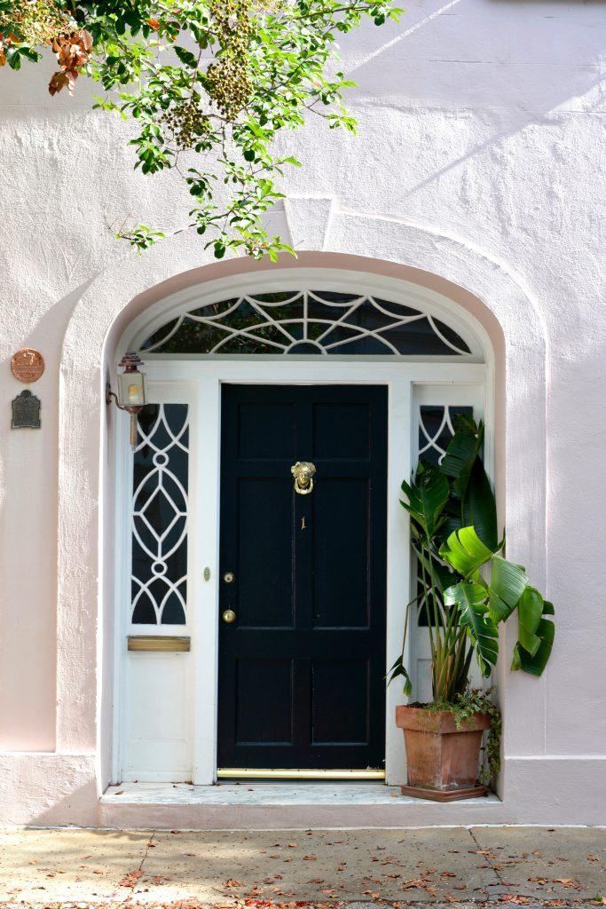 Une large porte d'entrée vitrée
