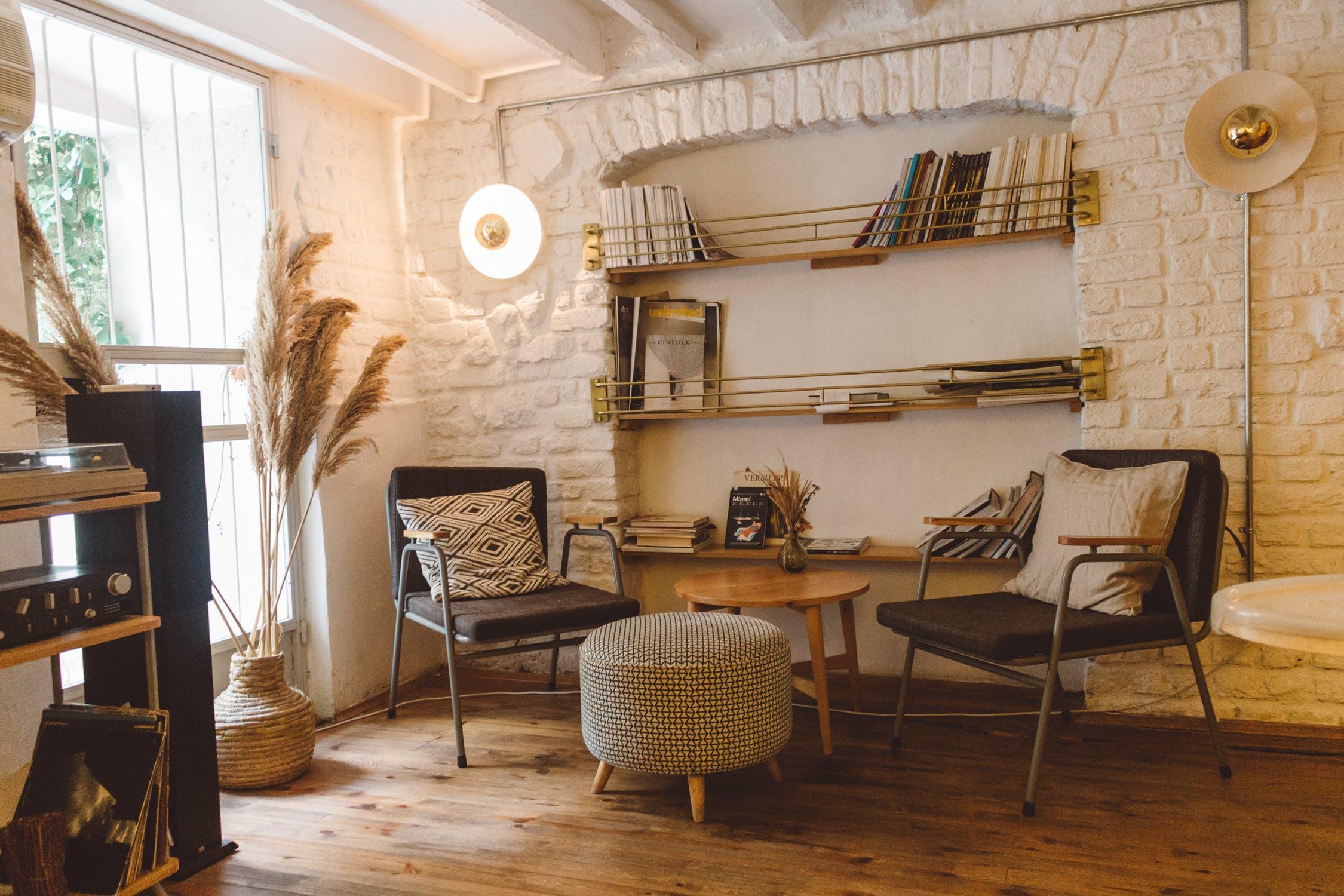 Salon à la décoration chaleureuse avec du parquet